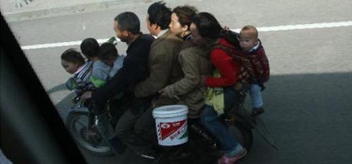 Grossfamilie auf Motorrad